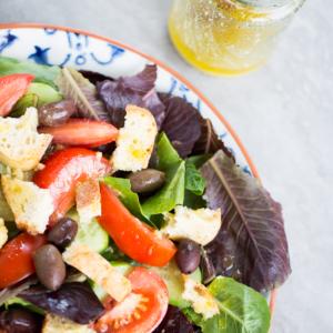 Panzanella de verano, ensalada deliciosa.