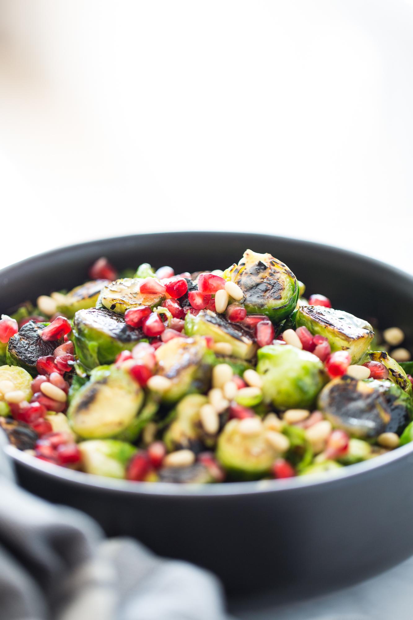 Ensalada de colecitas de Bruselas rostizadas con aderezo de miel de agave y mostaza.Ensalada vegana perfecta para Thanksgiving.
