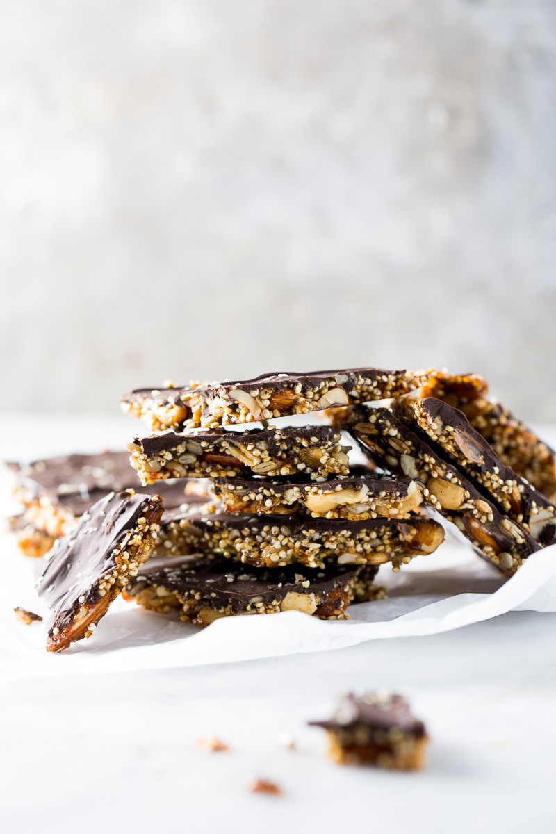 Brittle de quinoa, nueces, semillas y chocolate