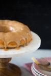 Bundt cake con glasé de crema de almendra