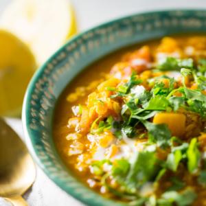 Sopa de lentejas rojas con curry y calabaza naranja