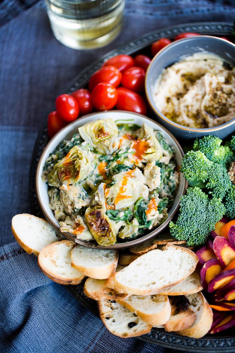 Dip de alcachofas con kale y plato de verudras para las fiestas