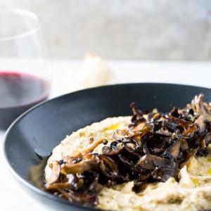 Receta de hummus con champiñones rostizados, botana vegana deliciosa y rápida de hacer.