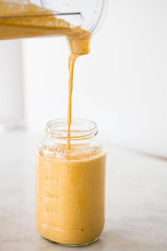Smoothie naranja con sabor a pastel de zanahoria.