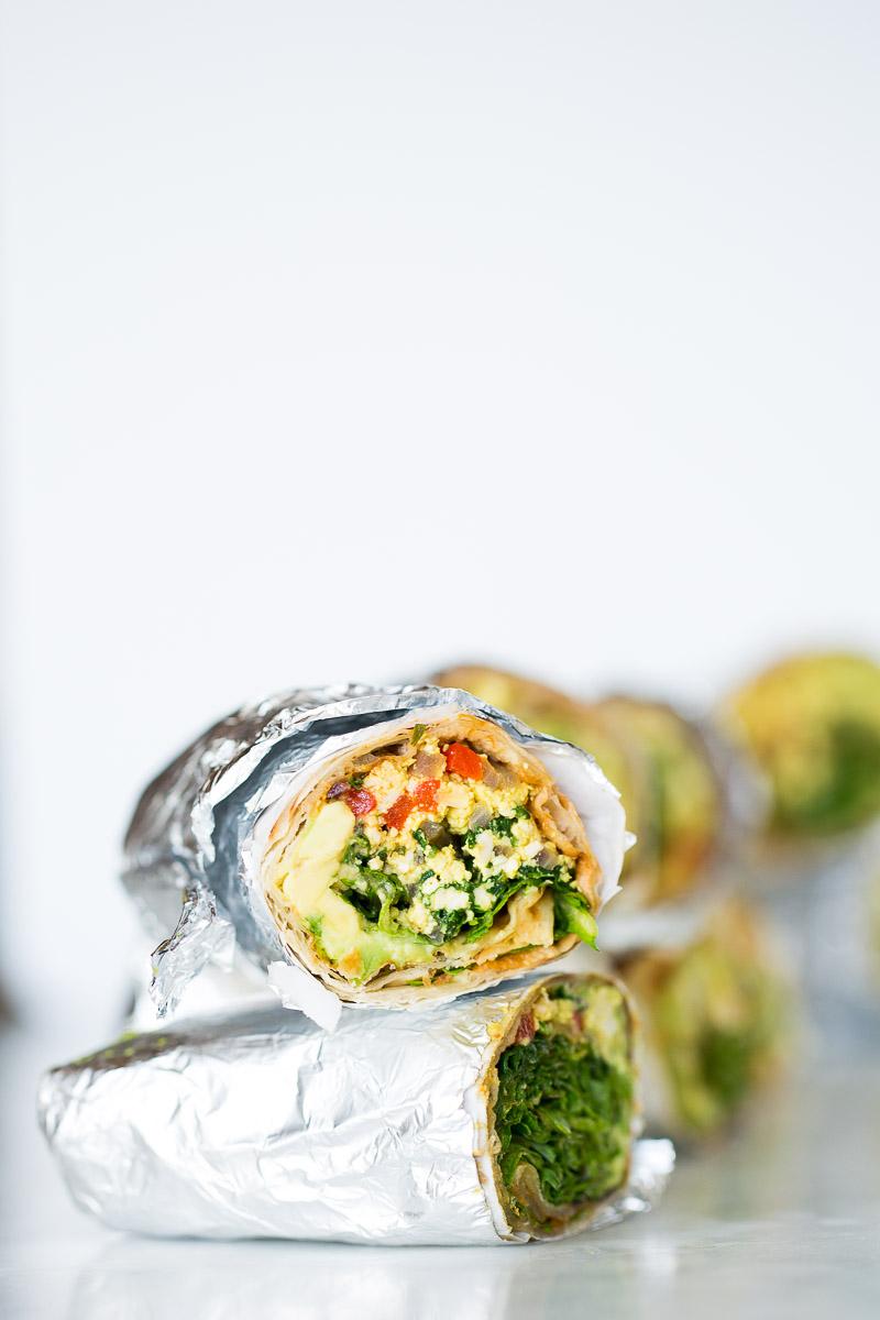 Burritos con verduras, hojas verdes y tofu revuelto