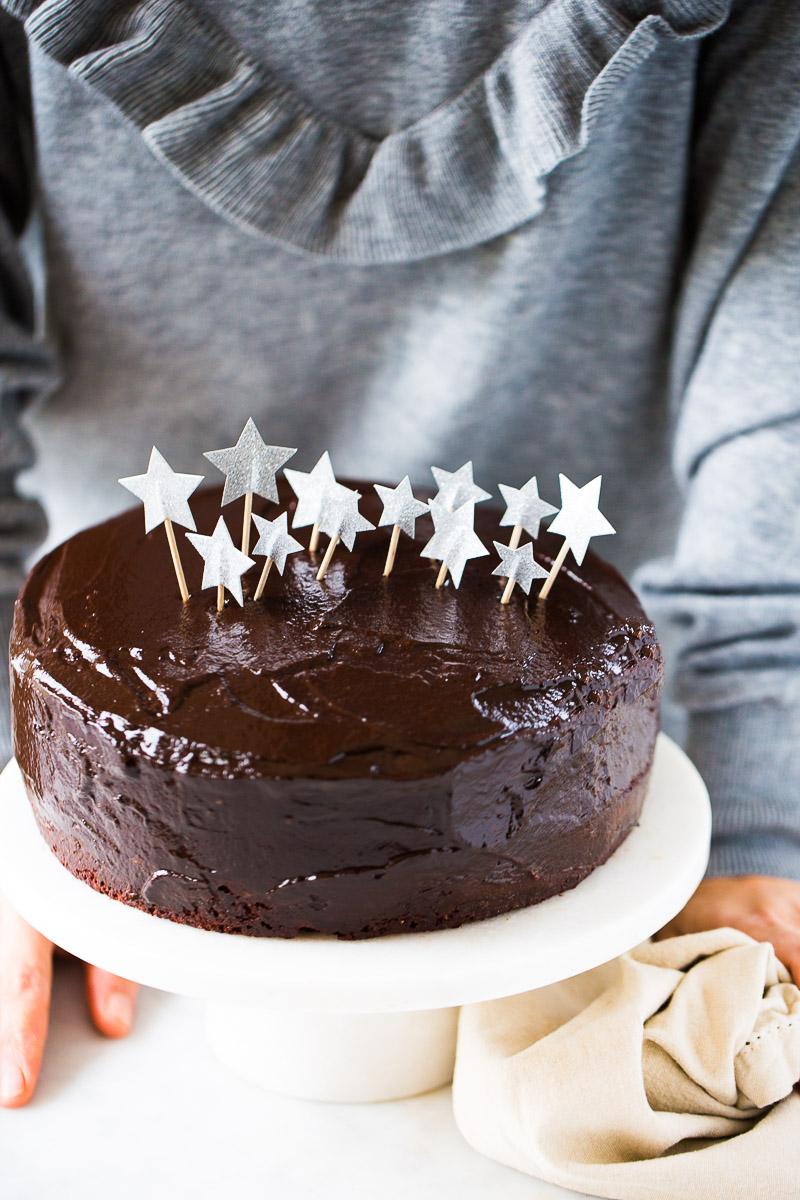 Pastel de cumpleaños con mucho chocolate