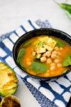 Sopa con garbanzos y espinaca vegana, fácil y rápida de hacer.