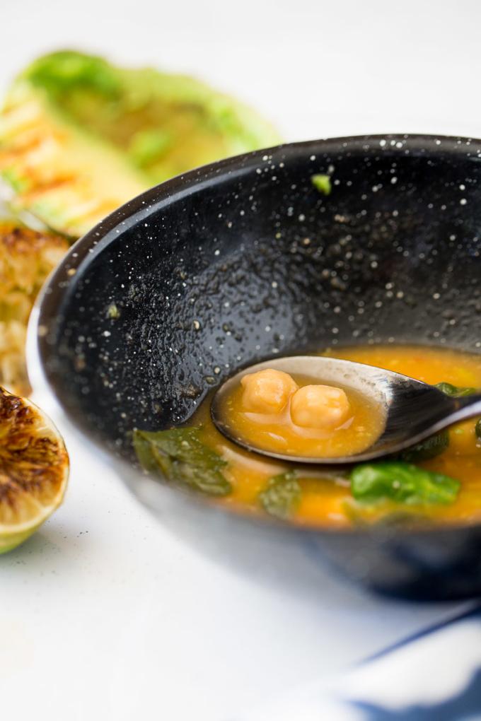 Sopa de garbanzo y espinaca vegana, fácil y rápida de hacer.