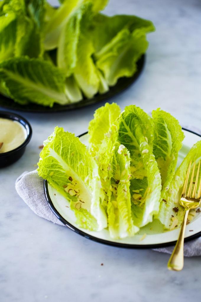 ensalada cesar con aderezo vegano y almendras fileteadas