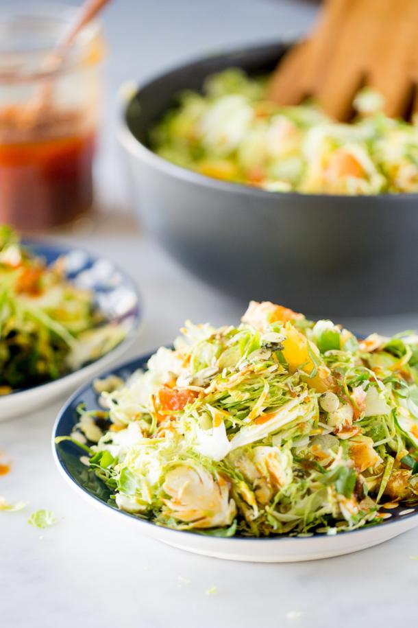 Receta de ensalada de colecitas de bruselas con aderezo de chipotle y maple.