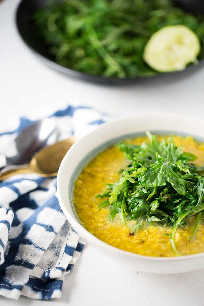 Sopa de lentejas rojas con kale salteada