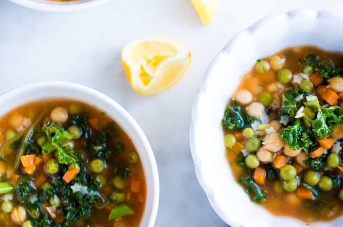 Sopa de pasta llena de verduras