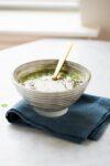 Receta de sopa de chícharo seco con hierbas frescas.
