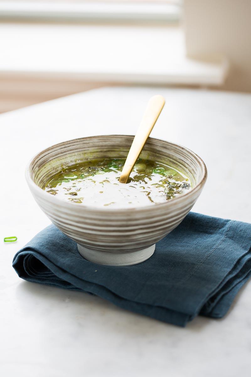 Sopa verde de chícharo seco con hierbas frescas