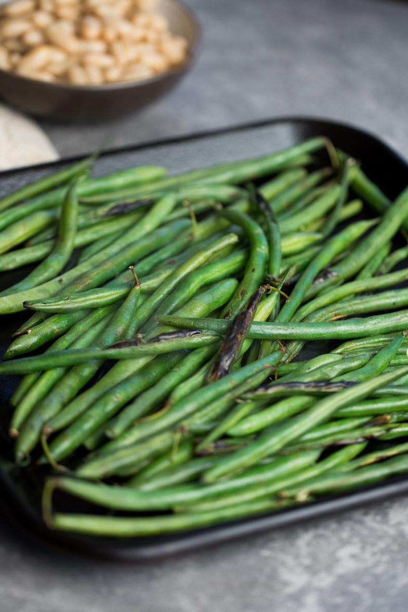Receta de ensalada de ejotes asados  y alubias con aderezo de limón susper rica y bien fácil de hacer. (via piloncilloyvainilla.com)