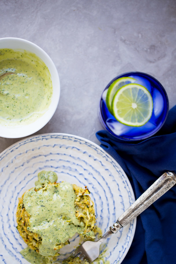 Receta de tortitas de zucchini o calabacita veganas con quinoa y mayonesa con pesto. Baked vegan zucchini and quinoa fritters.