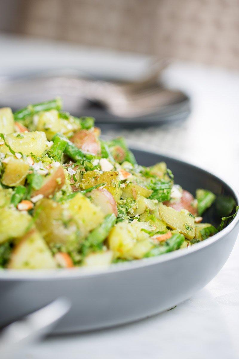 Receta de ensalada de papa y ejotes con pesto de almendra, espinaca y jalapeño.