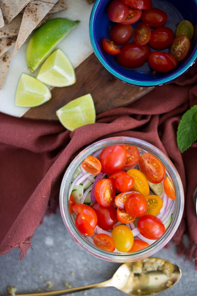 Ensalada mediterranea para llevar es la mejor ensalada que puede haver para llevarte a trabajar, aun picnic o cualquier lugar. via piloncilloyvainilla.com. Fattoush to go.