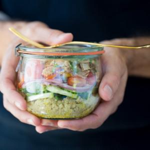 Ensalada para llevar es la mejor ensalada que puede haver para llevarte a trabajar, aun picnic o cualquier lugar. via piloncilloyvainilla.com. Fattoush to go.