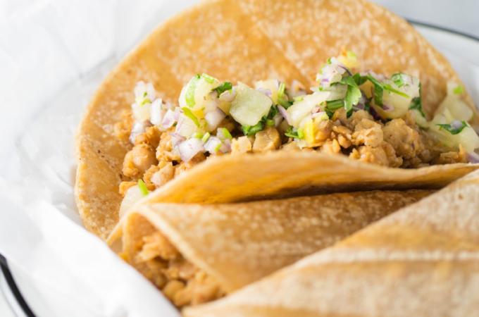 Tacos de garbanzo con salsa de piña