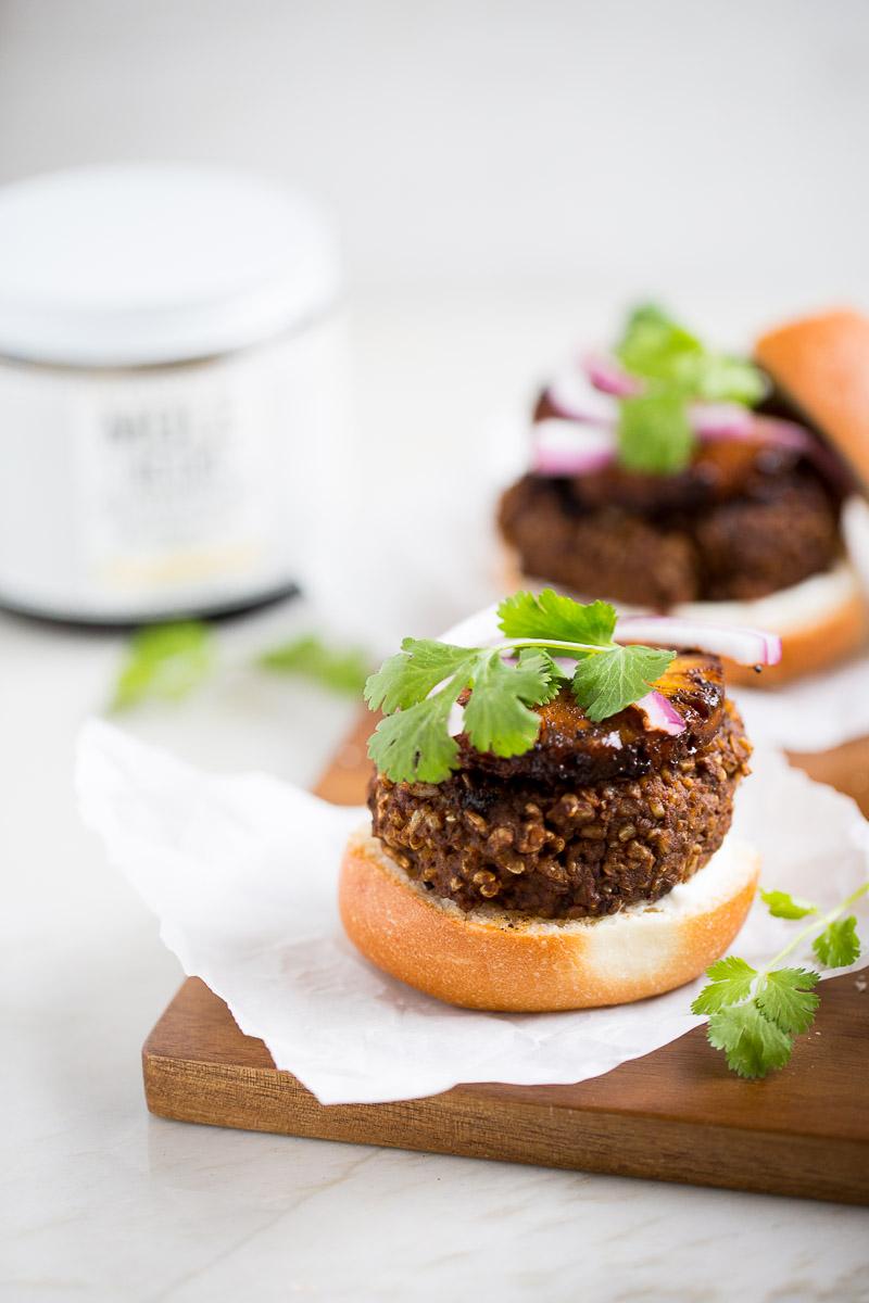 Receta de hamburguesas de frijol con mole y piña asada.