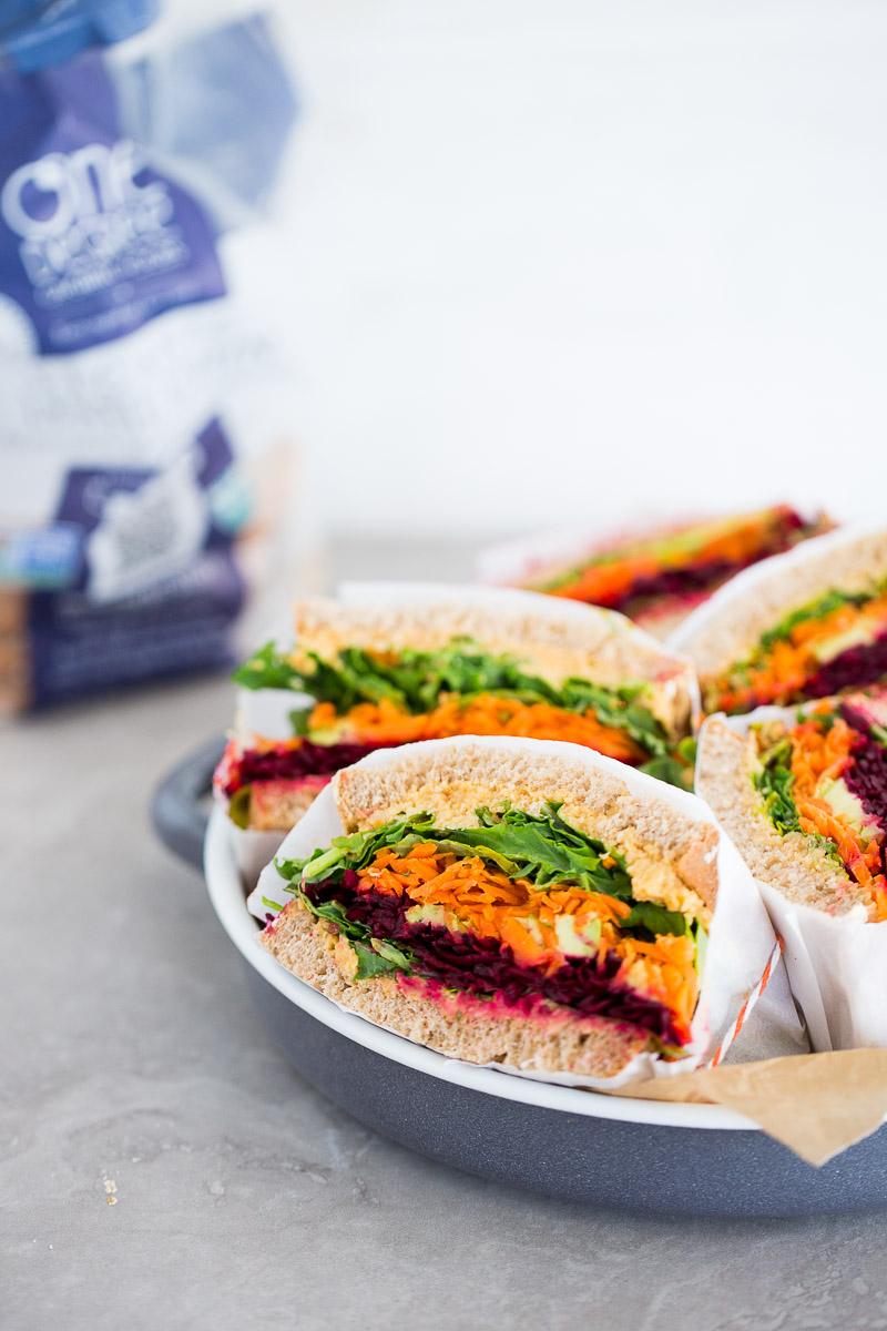 Sandwich de verduras con hummus con chipotle.