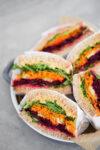 Sandwich de verduras con hummus con chipotle. Raw vegetable sandwich with chipotle -hummus.