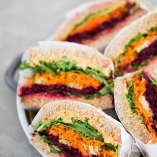 Sandwich de verduras con hummus con chipotle. Raw vegetable sandwich with chipotle -hummus.