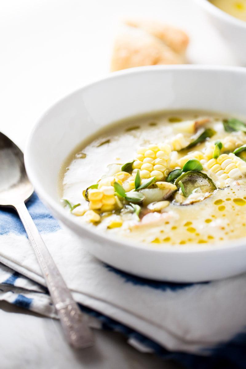 Receta saludable de sopa de elote con chile poblano o cornchowder con poblano.