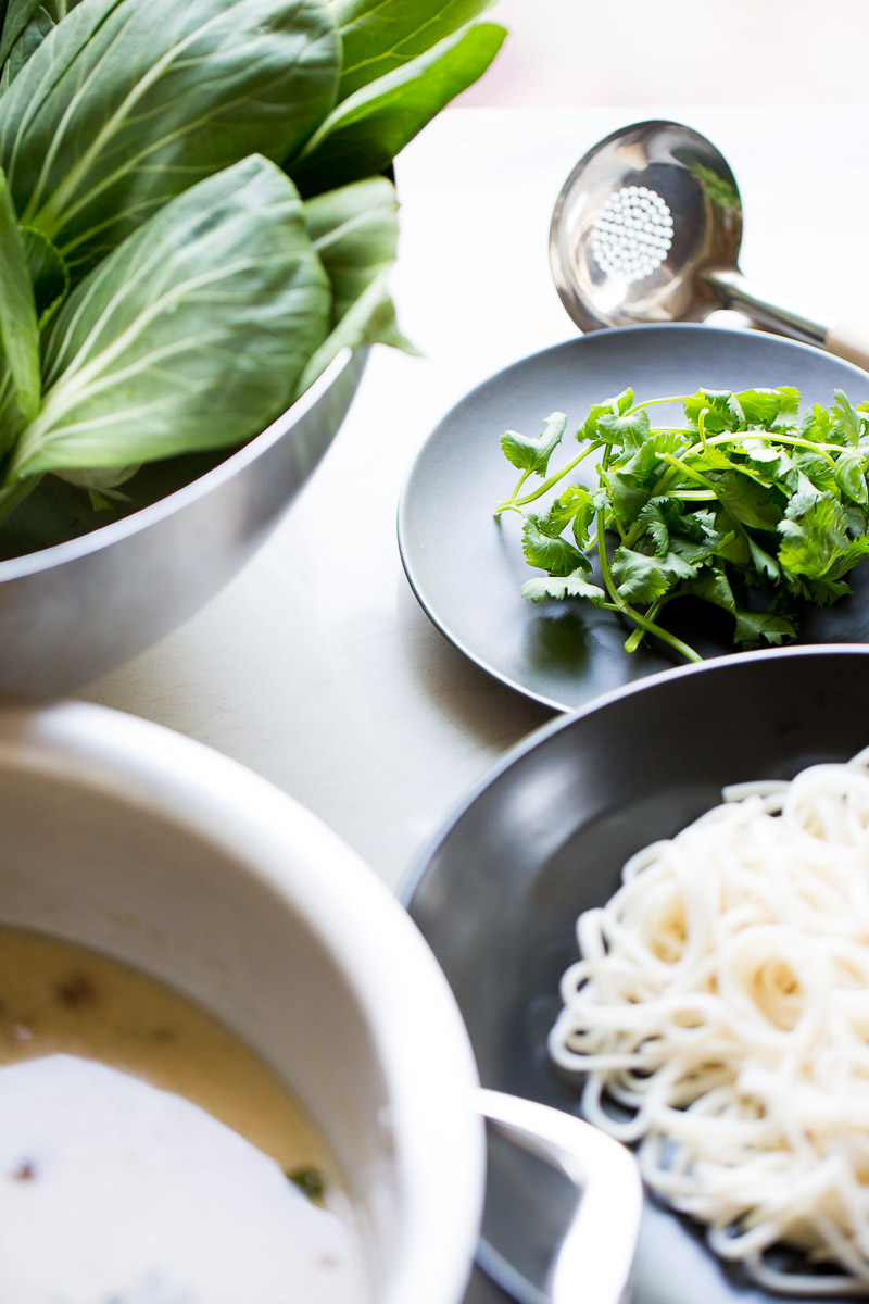 Receta de noodles en caldo de coco. Una receta deliciosa que te va a hacer sentir de maravilla, es una receta de noodles nutritiva y 100% vegana.