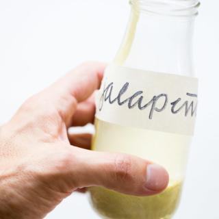 Receta para hacer la salsa cremosa de jalapeño más facil que hay, sólo lleva tres ingredientes y los tres son super nutritivos.