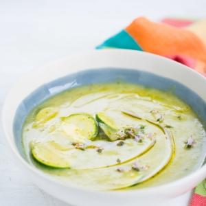 Receta de sopa de calabacita y albahaca, receta vegana, fácil y perfecta para los últimos días de verano.