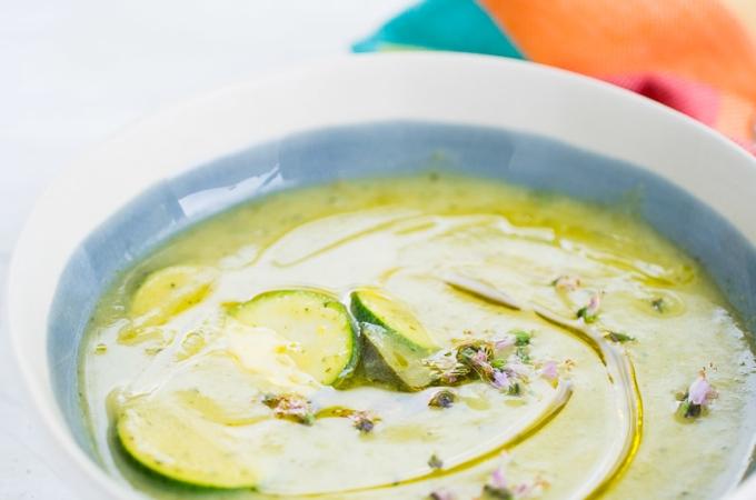 Sopa de calabacita (zucchini) y albahaca