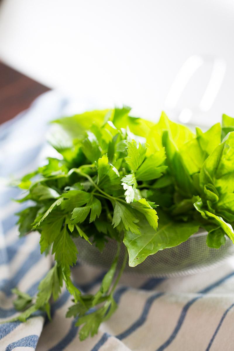 Receta de pesto clásico vegano. Pesto hecho con albahaca, perejil y piñones.