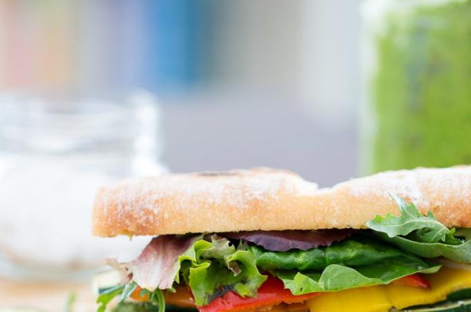 Sandwich de verduras asadas con pesto