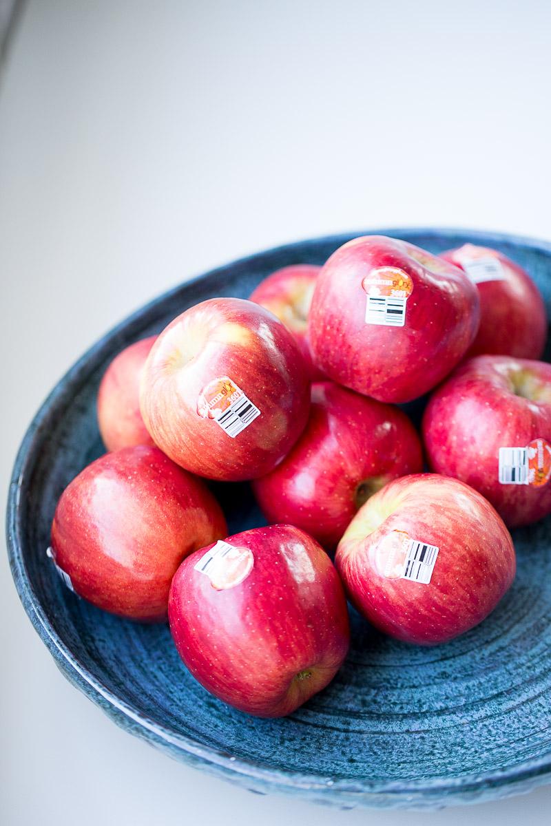 un tazón azul con manzanas