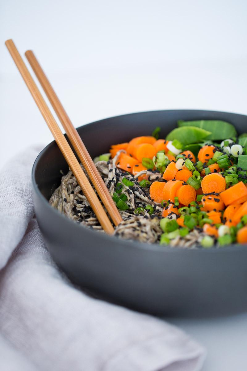 Receta vegana de Salsa oriental con 6 ingredientes y unos noodles.