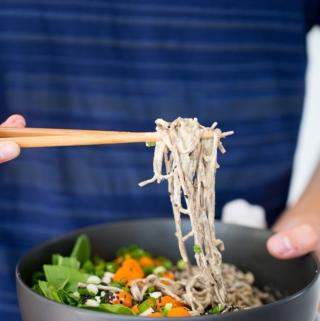 Salsa oriental con 6 ingredientes y unos noodles.
