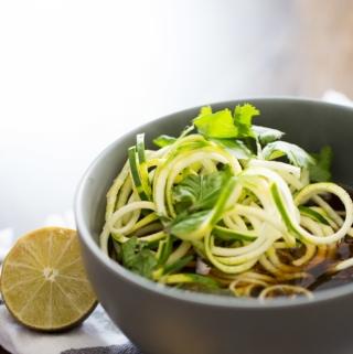 Receta vegana de pho con zucchini noodles, receta sana, receta fácil y deliciosa.