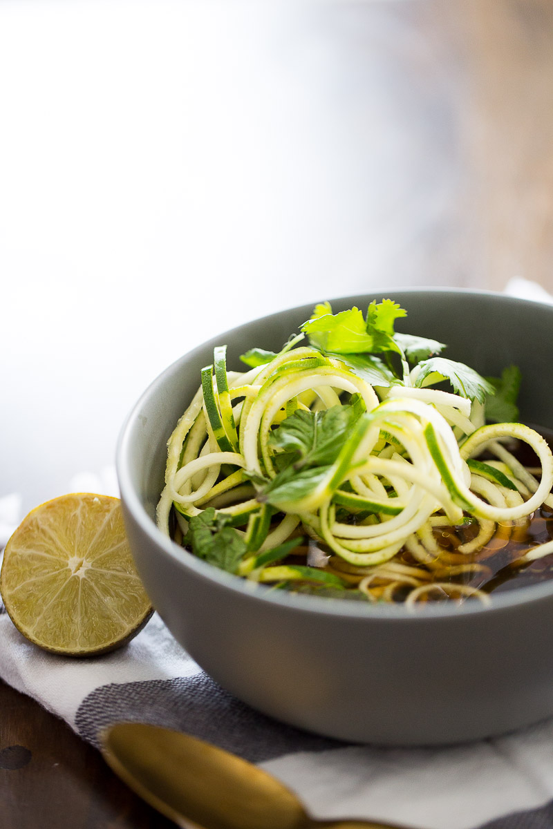 Receta vegana de pho con noodles de zucchini, receta sana, receta fácil y deliciosa.