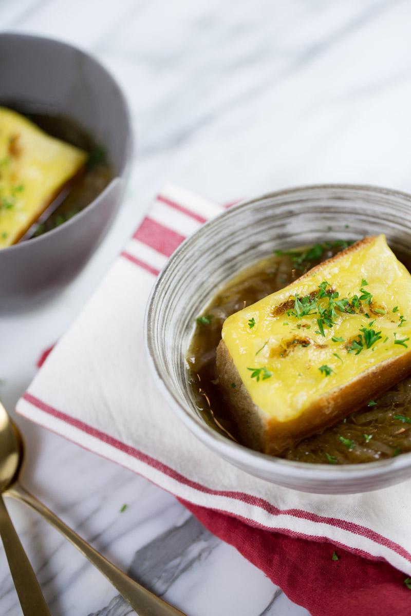 Sopa de cebolla vegana.