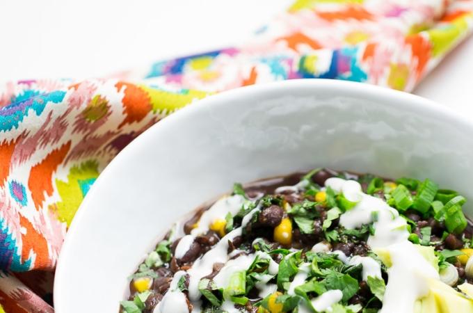 Sopa de frijol negro con kale y elote en instapot (video)