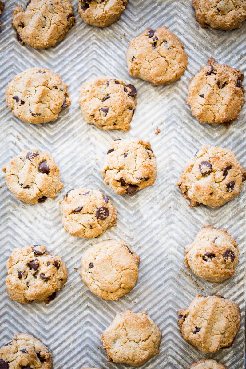 Esta receta de galletas de harina de almendra es super fácil de hacer, es vegana, deliciosa y lleva bien poquitos ingredientes. Córrele a hacerla, estoy segura que te va a encantar. #vegana,#singluten,#chocochip, #recetadepostre, #postresaludable