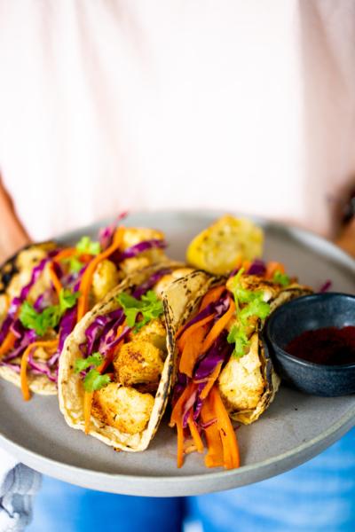 Tacos de coliflor rostizada con chipotle y ensalada crujiente
