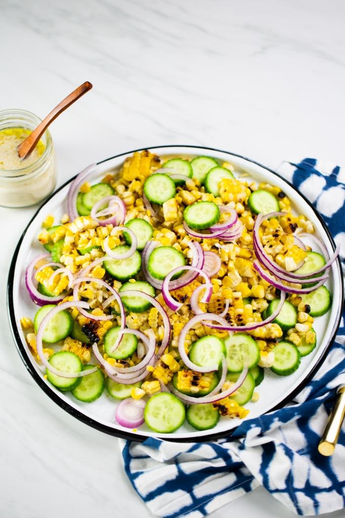 Ensalada de pepino y elote con aderezo de limón y tahini