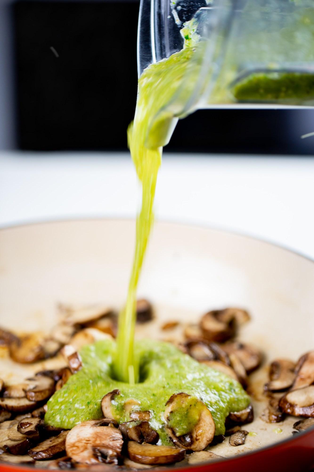 salsa verde cayendo sobre champiñones dorados