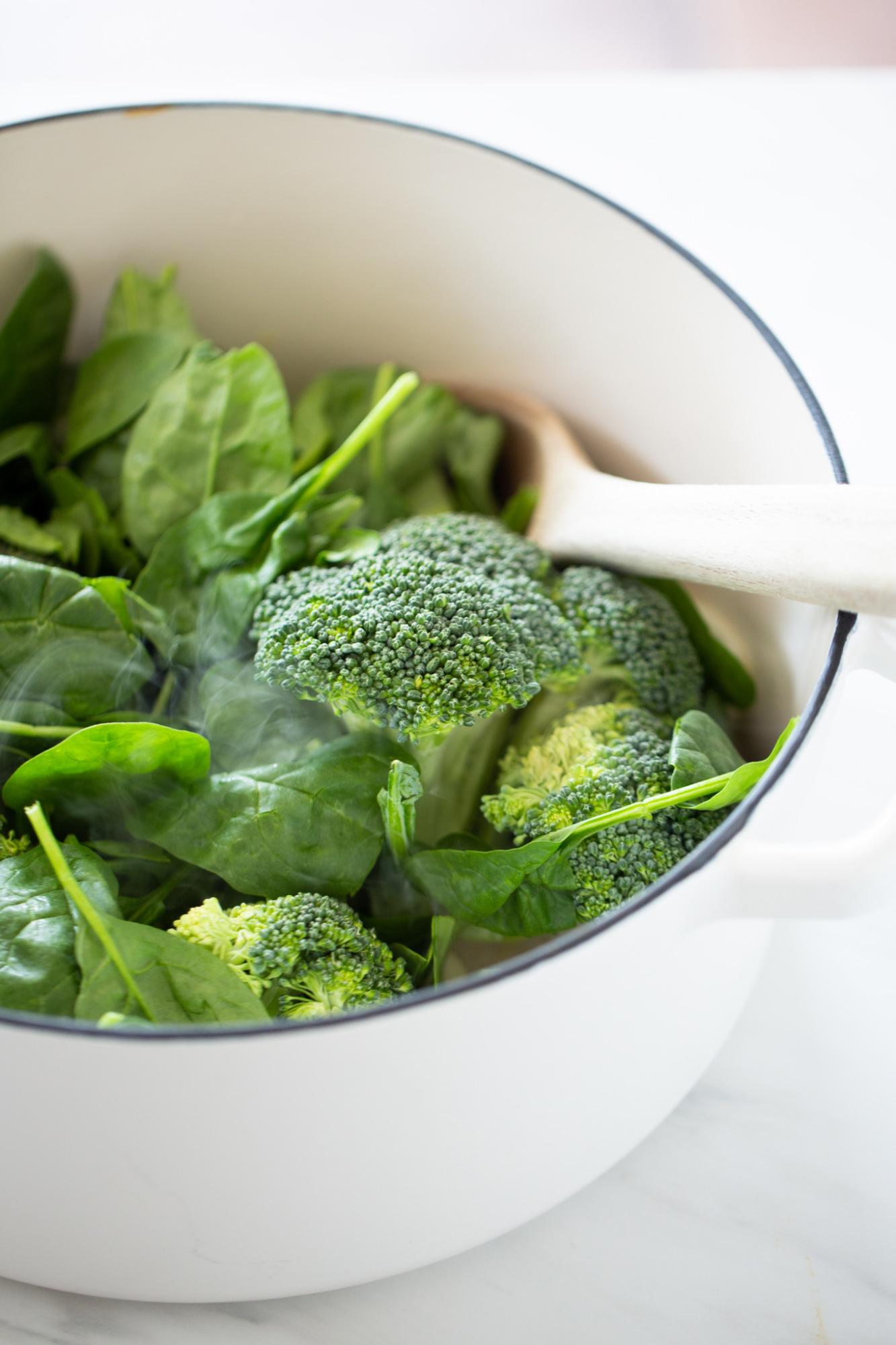 brocoli y espinacas en una olla