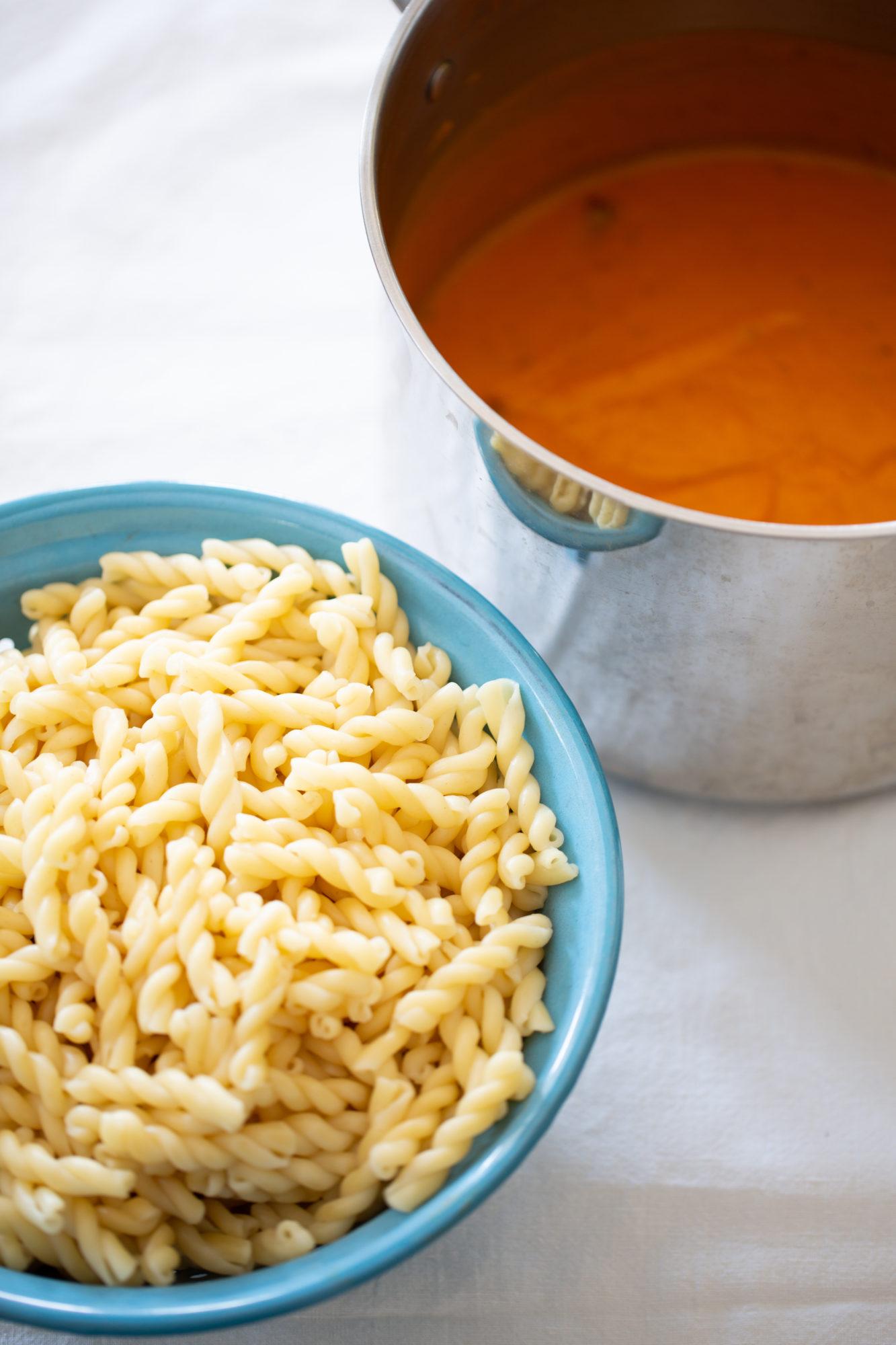 salsa de calabaza y pasta a un lado