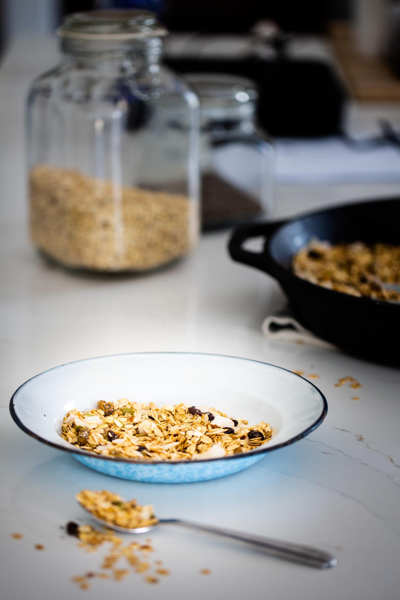 un plato  con granola hecha sobre la estufa