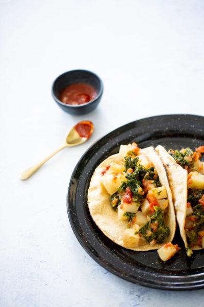 Tacos de  kale y papa en salsa